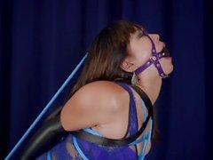 Mina em Bondage Azul