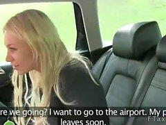 Blond gebumst lehnte sich auf Rückbank mit gefälschten dem Taxi