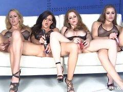 Quatro pornstars deslumbrantes se masturbam juntos