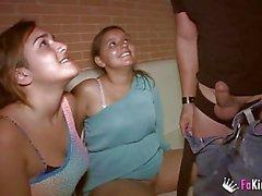 Diese Mädchen wollen vor ihren Freunden gefickt werden!