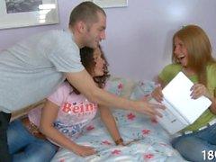 adolescente curle espectáculo Whit uma surra trio buceta