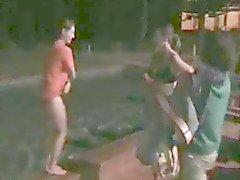 Нагота в общественных местах три : Девочки посмел раздеться , прыгать в бассеином и перспективе