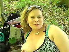 Brutal seksiäpullea MILF metsässä