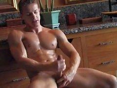 Dareios Ferdynand Spelar med självt i badrummet samt cums om från Jamesxxx71