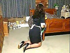 Britânico vagabunda Amanda em uma cena de fetiche de limpeza