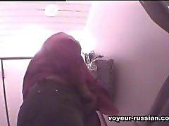 Femme mûre blonde et collant pisse dans une salle de bain publique