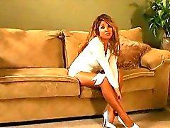 Peituda pervertido gata abre as pernas sensuais