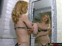 Schlank und frech tranny zeigt ihre großen Titten in den Spiegel