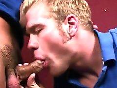 Angry Hispanisch Kerl entspannt nach er gibt bei seine ersten