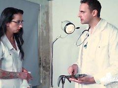 Histórias de BadTime - divertimento alemão de BDSM com enfermeira impertinente