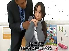 Japanilainen koulutyttö imee