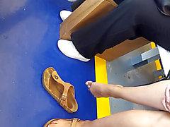 Gf's flawless feet teasing gives a hawt toe play