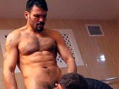 Muscle sexe anal gay avec éjaculation