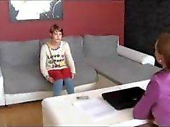 Söt liten brunett blir intervjuade och fotograferade och äter fitta
