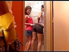 Ein Kerl macht geltend zu zwei herrisch und streng Mädchen Kikis und Sandra