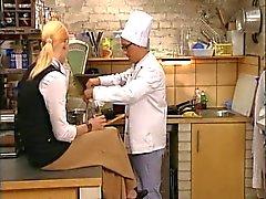Blonde torride baisé Italian dans la cuisine