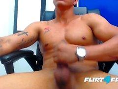 Felipe Borja bei Flirt4Free Guys - Der Monsterschwanz des Latino Studs schießt eine Ladung