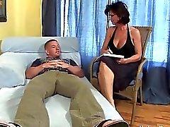 Rondborstige MILF neukt met haar jonge geile patiënt