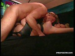 Tetona rubia Lucy consigue el sexo anal en un Cadillac