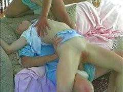 Babá adolescente titted pequena parecendo devastado por bebês grandes