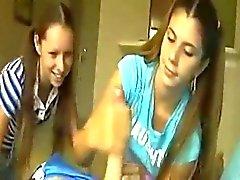 Adolescentes Handjob # 10 Ela levou a melhor amigo de junto de assistir
