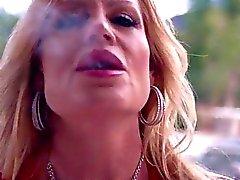 Bystiga Kellys Madison rökning varm med en Stogie