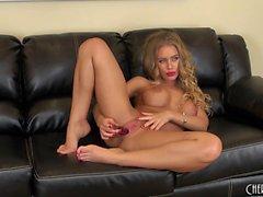 Busty nena Nicole Aniston se sienta en el sofá toying su agujero de amor