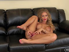 Busty babe Nicole Aniston sitter på soffan toying hennes kärlekshål