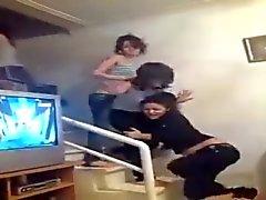 las niñas árabe muestran thongs mientras bailar 2.015