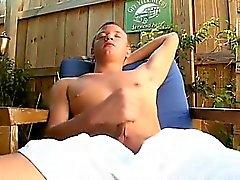Guarda come Josh masturba il suo cazzo per la fotocamera.