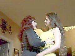 Zwei Milf Lesbians küssen liebe