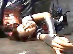 Japon kız öğrencisi sadistleriyle bağlanmış ve işkence gördü