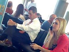 suorapuheinen jalat lentokentällä