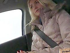 Симпатичная любительская блондинка подросток Виктория щенка трахал в машину