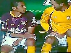 Soccer player versuchen zu vertuschen seinen harten Schwanz