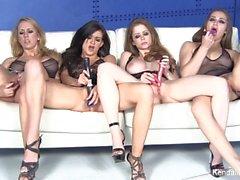 Vier prächtige Pornostars masturbieren zusammen