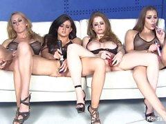 Quatre pornstars magnifiques se masturbent ensemble