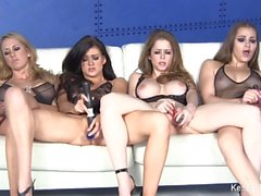 Cuatro estrellas porno magníficos masturban juntos