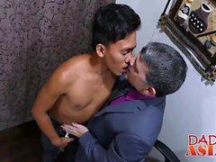 Jap Stud Jude befriedigt seine attraktiven Chef in einem Büro