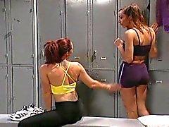 Lesbian Umkleideraum strapon fucking Fingersatz und Dildo schlagen!