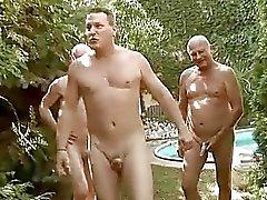 Três caras fodendo e mijando garota sexy