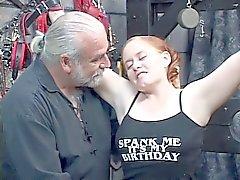 Redhead BBW Kirsten krijgt haar dikke kont slagroom door meester