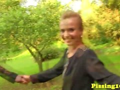 Pissar lesbisk kvinna inom grupp som hos parken