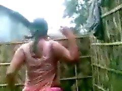 Hint Aunty'nın BÜYÜK Boobs göster banyo yaparken