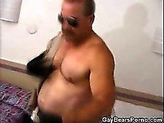 Gelişmiş kaslı Eşcinsel The Bear Bağlamsız Masturbates