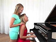 Geil Teenager Lesbe verführt ihren Klavier