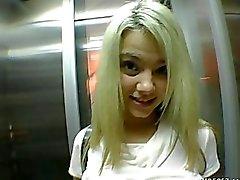 Blonde l'ente perfetto si fa prendere nella via e scopata duro , POV