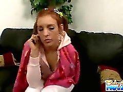 Jolie babysitter de 18 ans de Riley timide de de décapage et les