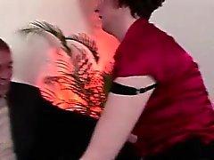 Bisexuell Britische MILF in Strümpfen hat sexy Spaß