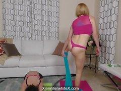 Krissy Lynn och Jennifer white kommer ner och smutsar under yoga sessionen